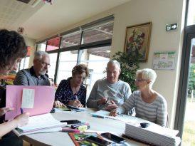 Réflexion autour de l'aménagement du jardin de la Ruche avec des seniors volontaires.